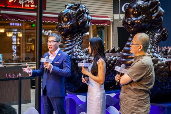 (左)侨福芳草地总经理赖国贤先生致辞、(右)中国著名当代艺术家刘若望先生