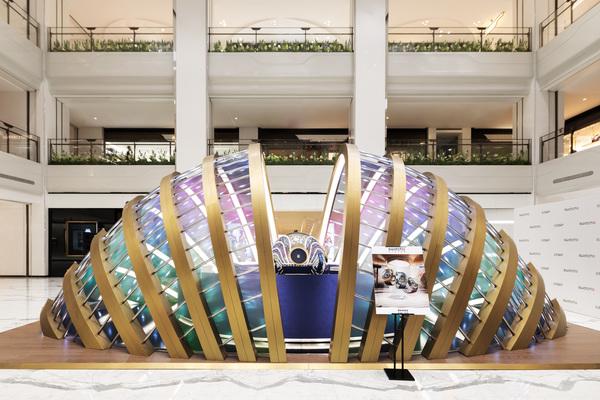 斯沃琪全球创意总监Carlo Giordanetti先生与知名演员郭京飞先生共同为SWATCH FLYMAGIC北京SKP限时体验店揭幕(图片来源于品牌)