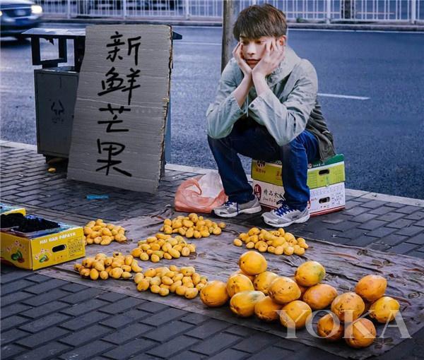 丁禹兮卖芒果(图片来源于_落白今一微博)