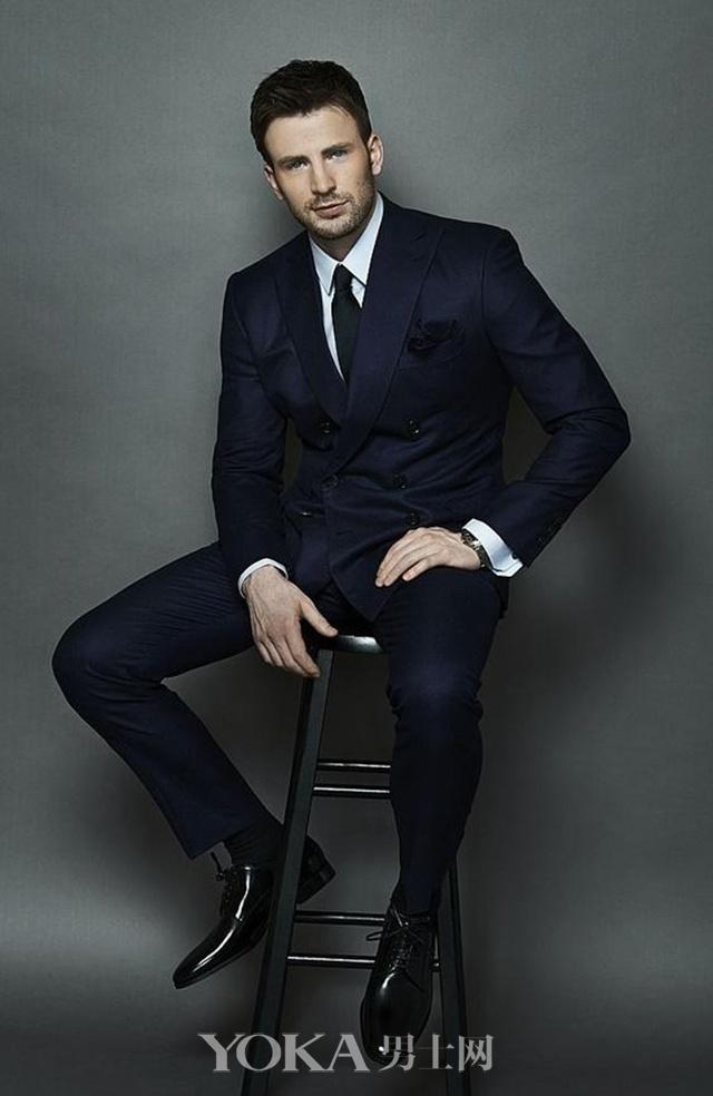 不露肉的美队Chris Evans穿起双排扣西装依然性感迷人