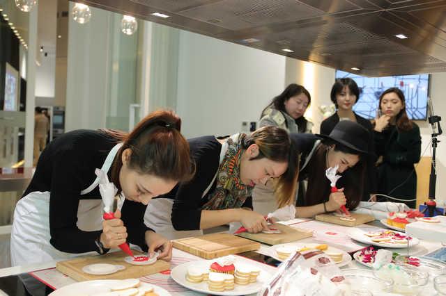 来宾体验翻糖饼干的制作